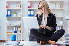 女实业家被挫败的思考在办公室 库存照片