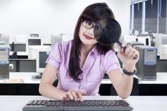 女实业家观察计算机1 免版税图库摄影