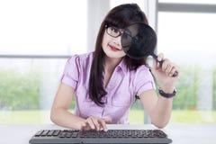 女实业家观察计算机 库存图片