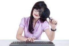 女实业家观察计算机2 免版税库存图片