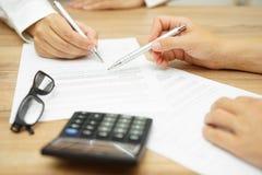 女实业家解释期限和条件在协议 免版税图库摄影
