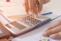 女实业家计算关于费用,并且在家做财务办公室,财务经理分配,概念事务和财务投资 库存图片