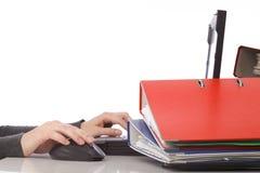 女实业家计算机文件夹查出的鼠标笔 免版税图库摄影