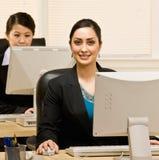 女实业家计算机服务台她的工作 免版税库存图片