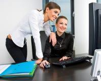 女实业家计算机服务台工作 免版税库存图片