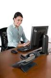 女实业家计算机查出的键入的年轻人 免版税库存图片