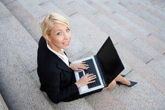 女实业家计算机膝上型计算机 库存照片
