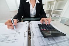 女实业家计算的发货票 免版税库存照片