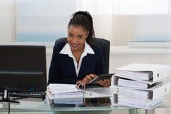 女实业家计算的票据 免版税库存照片