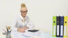 年轻女实业家计算的财务数据 股票录像