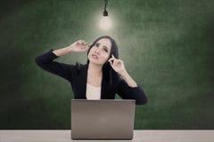 女实业家认为明亮的想法 免版税图库摄影