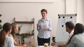 女实业家讲话经理的教练给企业介绍在队会议上 影视素材