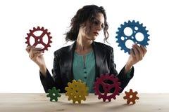 女实业家设法与齿轮一起使用 配合和合作的概念 r 库存照片