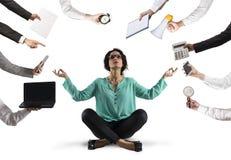 女实业家设法保持与瑜伽的安静由于注重和劳累过度在铁锅 免版税库存照片