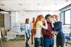 女实业家说闲话关于同事在办公室 库存照片