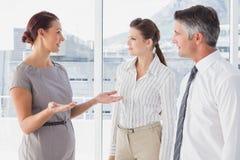 女实业家谈话与她的工友 免版税图库摄影