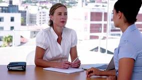 女实业家谈话与她的雇员 股票视频