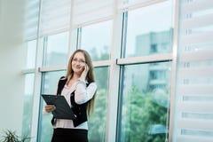 女实业家谈话在一个手机,妇女谈话在p 免版税库存图片