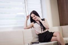 女实业家谈话在一个手机,妇女谈话在p 免版税图库摄影