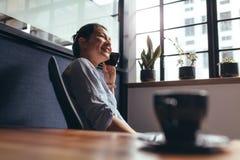 女实业家谈话在手机在办公室 免版税图库摄影