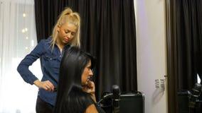 女实业家谈话在手机,当可及发型美容院时 股票视频