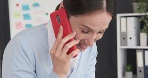 女实业家谈话在手机 影视素材