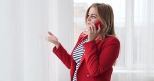 女实业家谈话在手机 股票录像