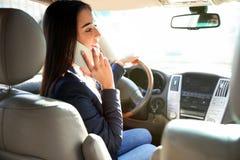 女实业家谈话在汽车的电话 库存照片