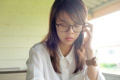 女实业家谈话在电话在办公室外,当断裂时间时 库存图片