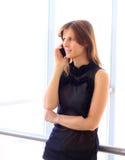 女实业家谈话在电话 免版税库存图片