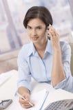 女实业家购买权电话纵向 免版税库存图片