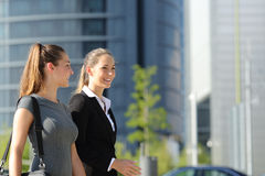 女实业家走和谈话在街道 免版税库存照片