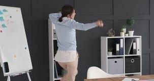 女实业家跳舞和有乐趣在办公室 影视素材
