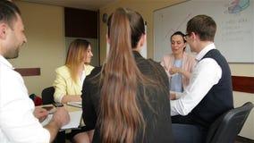 女实业家辅导者教练讲话在小组办公室会议会议上 确信女性商业领袖谈话 股票录像