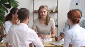 女实业家辅导者教练讲话在小组办公室会议会议上 股票视频