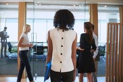 女实业家输入的会议室背面图见面的 免版税库存照片