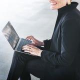 女实业家运作的会计投资数据概念 库存图片