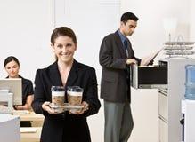 女实业家运载的咖啡盘 库存照片
