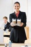 女实业家运载的咖啡盘 免版税库存照片