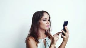 女实业家通过媒介或人脉使用手机新闻在白色背景 关闭 3840x2160 股票录像