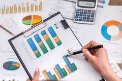 女实业家逻辑分析方法财务会计市场图或图 免版税库存图片
