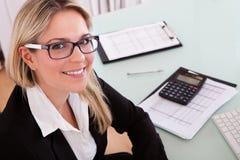 女实业家重点笔记本办公室工作 免版税库存照片