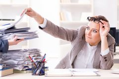 女实业家非常繁忙与持续的文书工作 库存图片