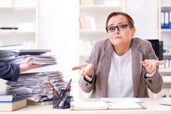 女实业家非常繁忙与持续的文书工作 免版税图库摄影
