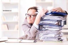 女实业家非常繁忙与持续的文书工作 免版税库存照片