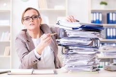 女实业家非常繁忙与持续的文书工作 免版税库存图片