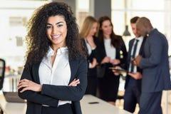 女实业家领导在有买卖人workin的现代办公室 免版税图库摄影
