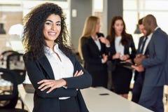 女实业家领导在有买卖人workin的现代办公室 图库摄影
