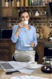 年轻女实业家饮用的咖啡在早晨 库存图片