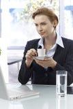 女实业家饮用的咖啡 免版税库存照片